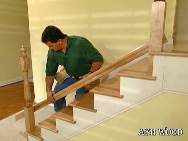 اجرای نرده چوبی برای کنار پله چوبی