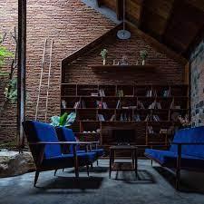 نصب کتابخانه در کلبه چوبی