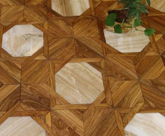نمونه ای از کفپوش چوبی با حکاکی سنگ