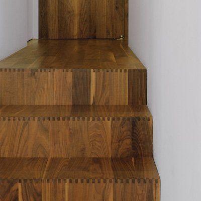 پله چوبی جالب که با قطعات چوب کوچک مانند ورق های فینگر جوینت ساخته شده است