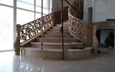 پله چوبی منبت کاری شده با دست در منطقه دماوند تهران