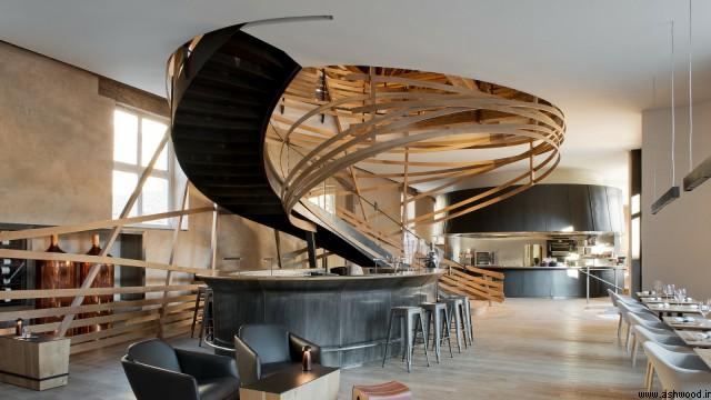 پله چوبی گرد مدرن رستوران