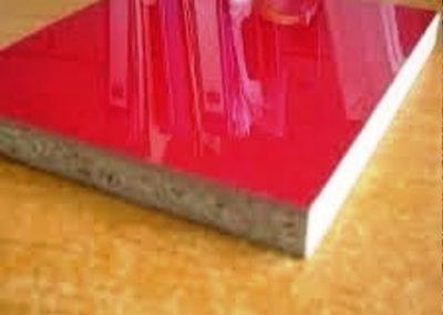 قطعه ای از نئوپان که با رنگ پلی استر پوست و پولیش