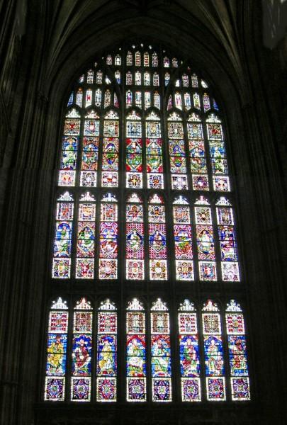 پنجره بزرگی به سبک گوتیک در کلیسای جامع کانتربری، سده ۱۴۰۰، انگلستان