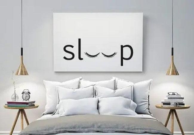 پوستر دیواری با چراغ آویز کنار تخت