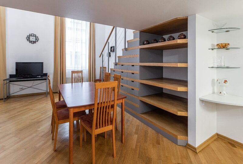 کابینت چوبی در زیر پله های چوبی