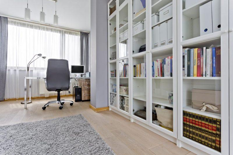 کتابخانه با درهای شیشه ای