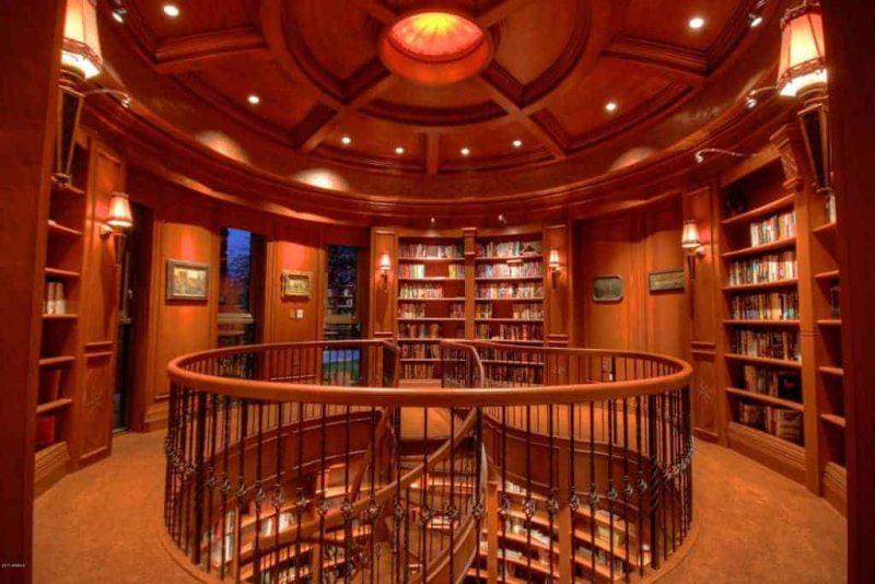 کتابخانه با پله های مدور