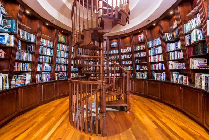 کتابخانه با پلکان مارپیچی