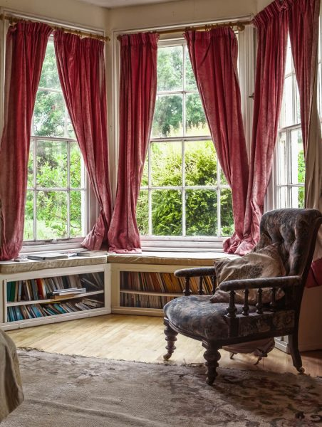 کتابخانه با پنجره های فرانسوی