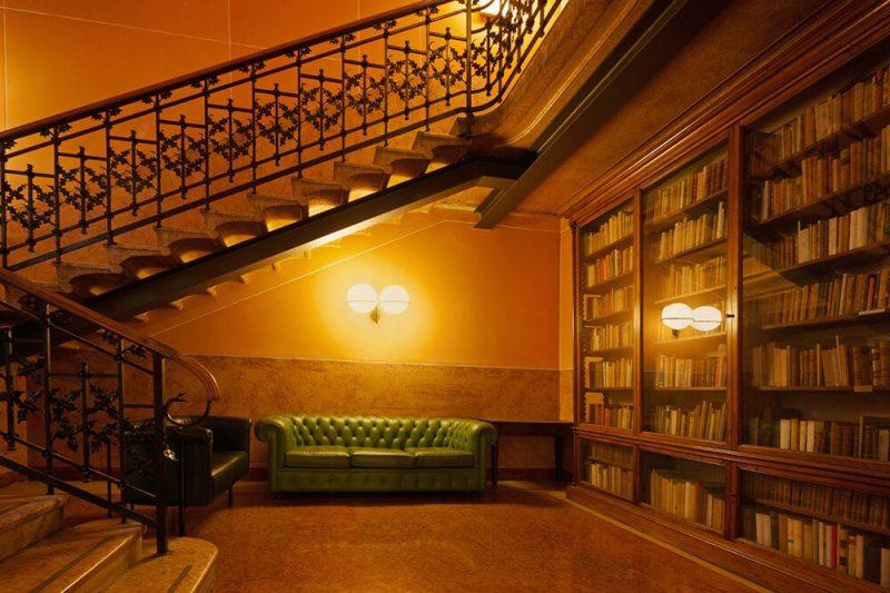 کتابخانه با چراغ های سفید