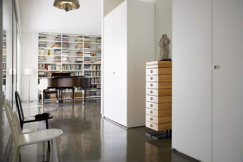 کتابخانه در کنار پیانو