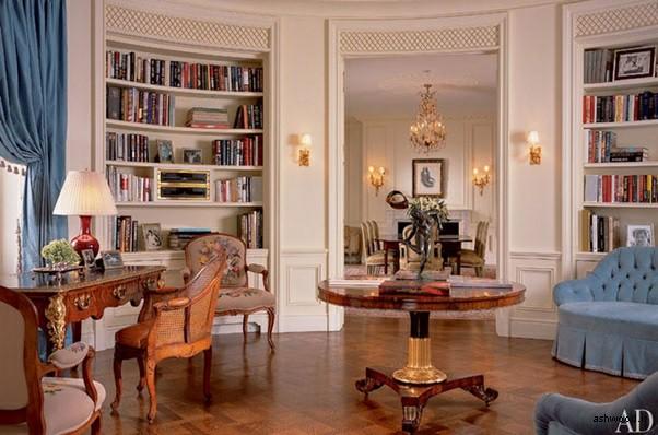 دکوراسیون کتابخانه چوبی با میز و صندلی