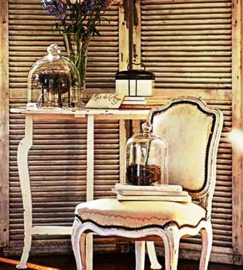 کنسول و مبل تک با زمینه درب کرکره ای قدیمی