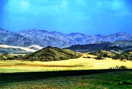 کوههای طائف و جادهای به سمت شهر طائف