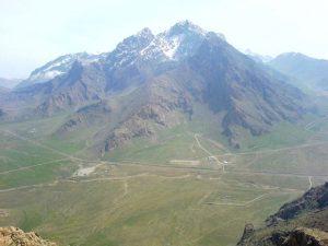 کوه پراو؛ بلندترین قلهٔ شهر کرمانشاه با ۳۳۵۷ متر از سطح دریا (کوهی که پوشیده از برف است