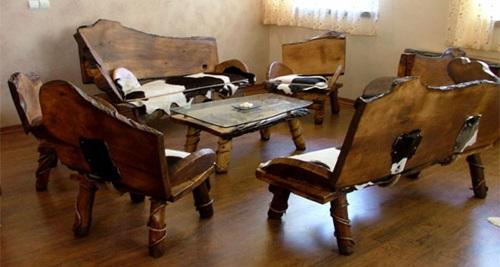 میز و صندلی های ساخته شده از چوب درخت گردو