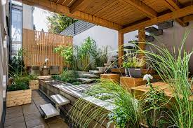 گل و گیاه در فضای کلبه چوبی