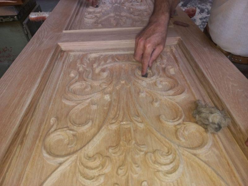 درب چوبی منبت کاری شده طرح گل و گلدان ، در مرحله رنگ
