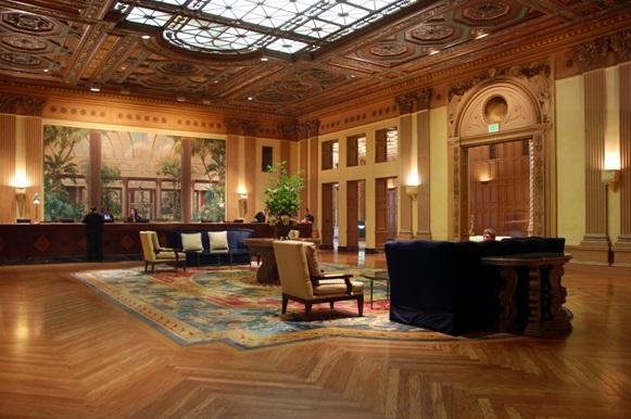 دکوراسیون چوبی لابی هتل -  انتخاب کفپوش در طراحی دکوراسیون چوبی لابی هتل