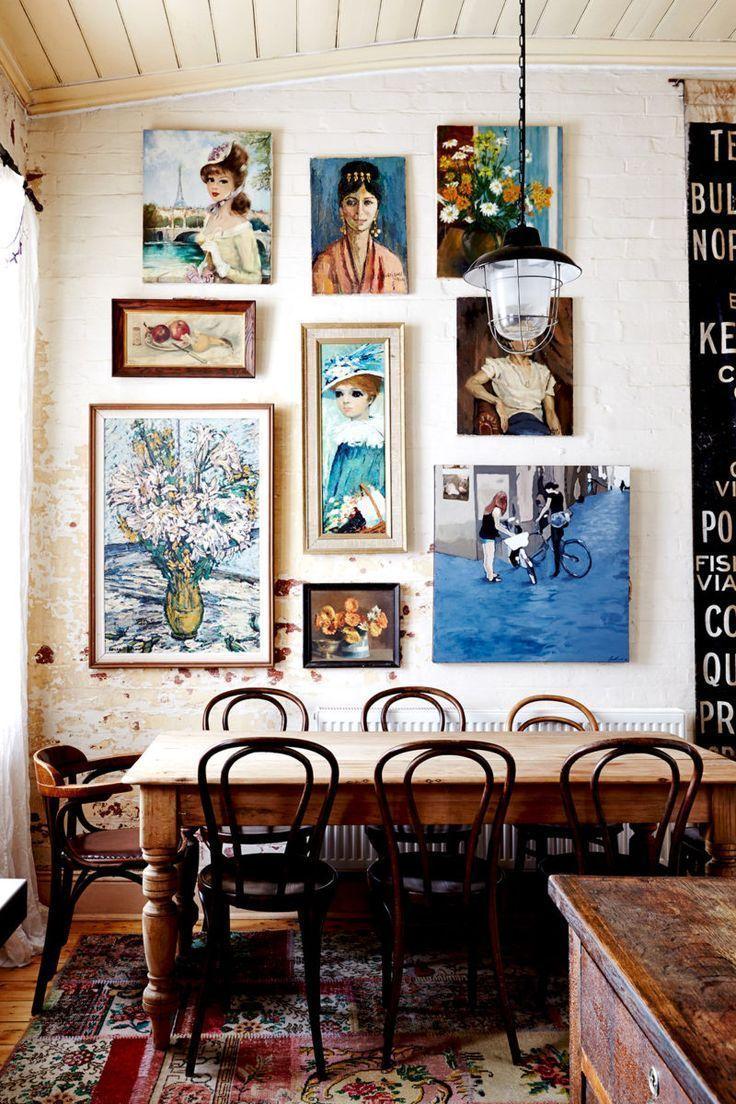 دکوراسیون داخلی منحصر به فرد، اتاق ناهار خوری عروسی vintage با میز چوبی و گالری دیواری،