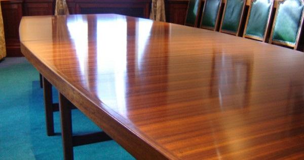 میز چوبی به رنگ قهوه ای