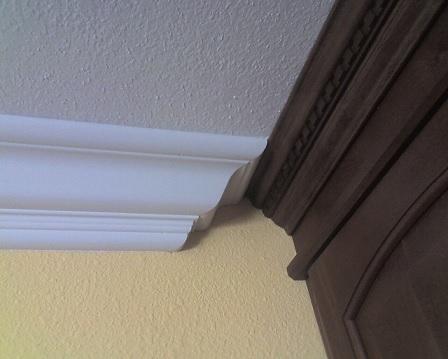 تاج چوبی زیر سقف و بالای کمد دیواری