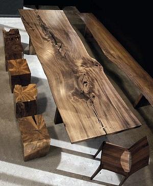 میز ساخته شده از اسلب چوب با لبه های زنده و طبیعی
