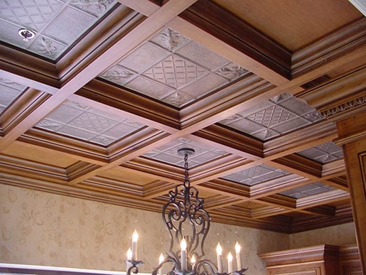نمونه دیگر از سقف چوبی و استفاده از لوسترهای قدیمی