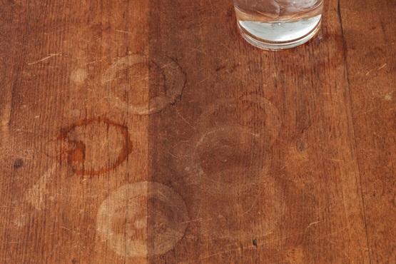 لکه های بوجود آمده ناشی از قرار دادن لیوان به طور مستقیم بر روی چوب