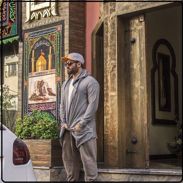 عکس آقای محمد رضا گلزار در کنار درب رستوران سنتی