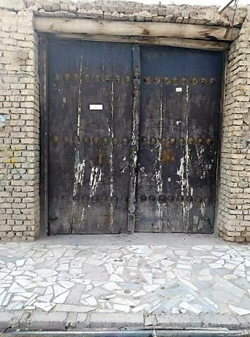 درب چوبی قدیمی به ابعاد سه در چهار متر
