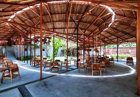 رستوران بسیار زیبا با دکوراسیون چوبی