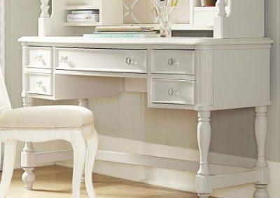 تخت خواب کلاسیک سفید با ظاهری شیک در دکوراسیون اتاق خواب بسیار تاثیرگذار هستند , سرویس خواب چوبی کلاسیک , تخت خواب ساده و شیک