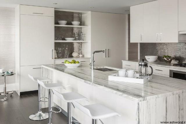 دکوراسیون سفید با سرامیک های بین دیواری شیشه ای و طلایی