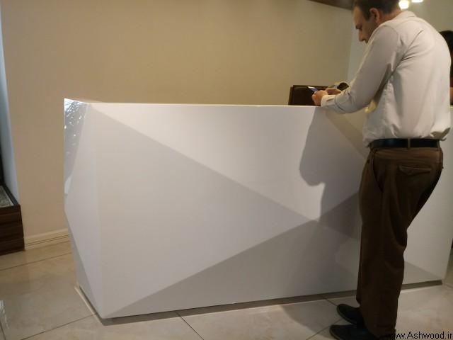 میز لابی و میز منشی دفتر مهندس محمودی , رنگ کاری چوب , رنگ سفید پولیشی , دکوراسیون ساختمان شاندیز خیابان پاسداران