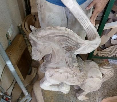 منبت چوب , مجسمه اسب چوبی , نرده پله اسب