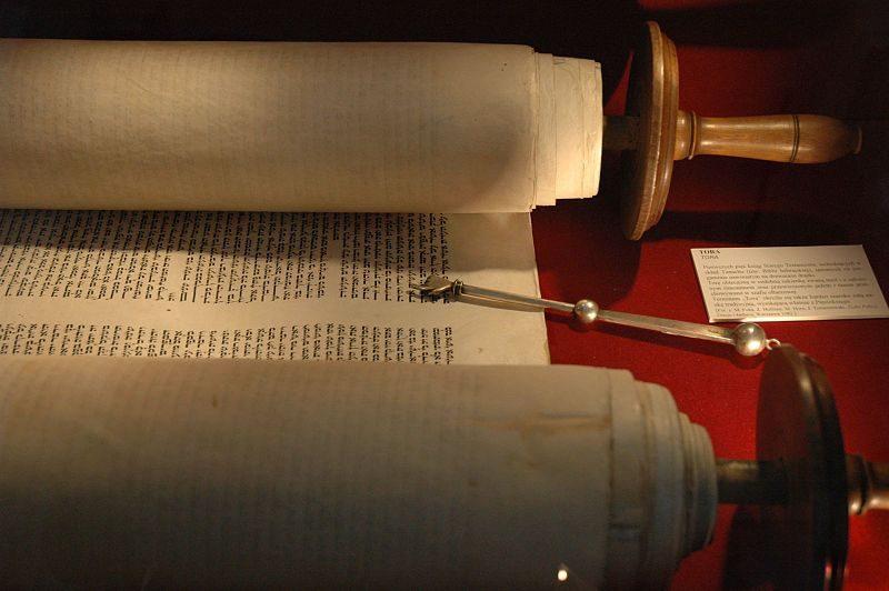 طومار تورات که به منظور تشریفات مذهبی در یک کنیسه گشوده شدهاست.
