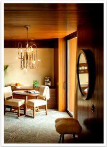 نورپردازی در اتاقی با دیوارکوب  چوبی