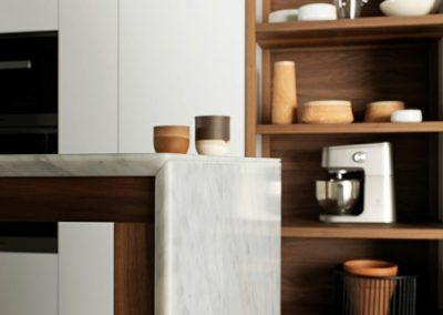 جزئیات در دکوراسیون , شلف چوبی و فارسی و لب سنگ میز آشپزخانه , استفاده از ظرف چوبی