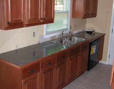 دکوراسیون بی همتای کابینت تمام چوب آشپزخانه ،کابینت های گلاس آشپزخانه با رنگ سفید و نقره ای و سفید قهوه ای، کابینت های کلاسیک سفید رنگ با رویه های مات، برای کابینت آشپزخانه