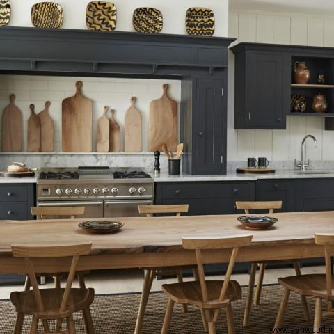 یک میز و صندلی چوبی با لبه های طبیعی در یک دکوراسیون لوکس آشپزخانه کلاسیک