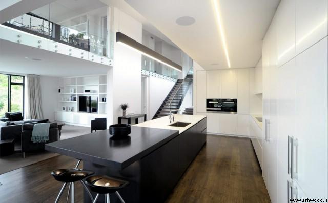 ادغام آشپزخانه با پذیرایی در کنار پلکان و اتاق نشیمن در یک سازه دوبلکس که آشپزخانه میتواند محور یا مرکزیت داشته باشد