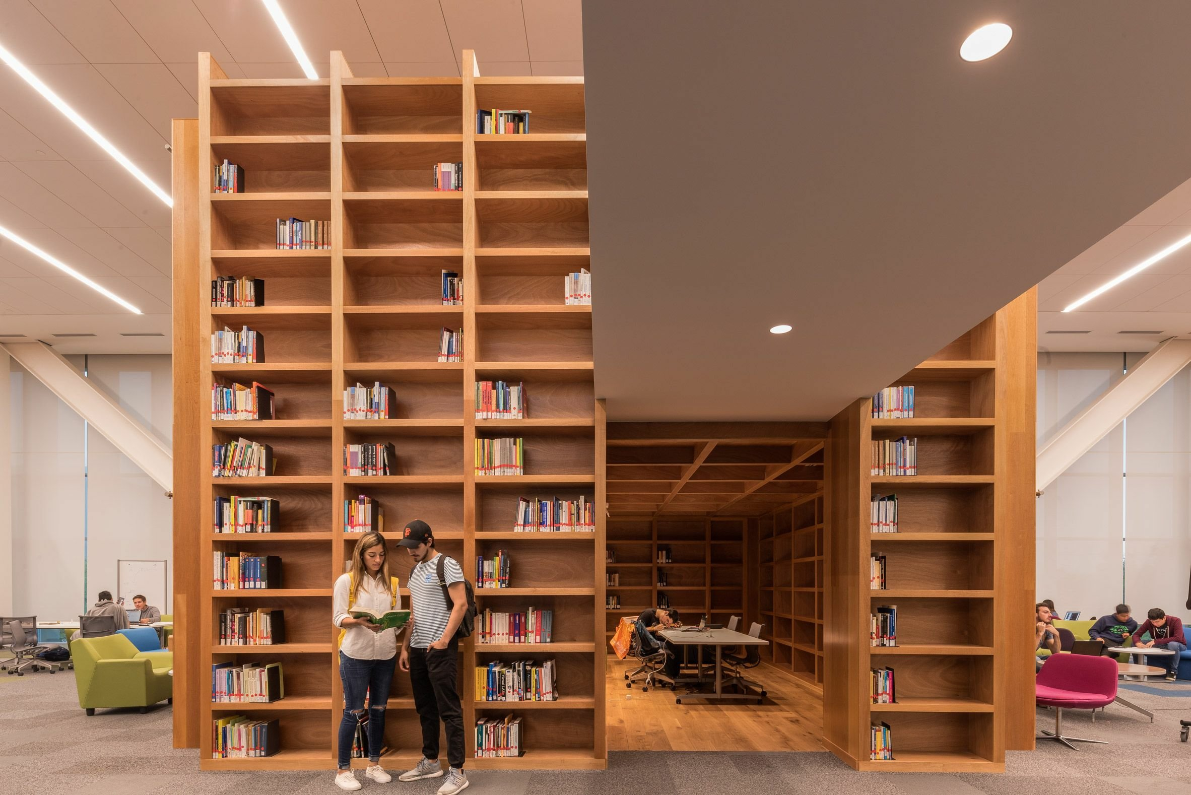 ایده کتابخانه چوبی,دکوراسیون کتابخانه,جاکتابی چوبی,دکوراسیون کتابخانه,قفسه چوبی کتاب,
