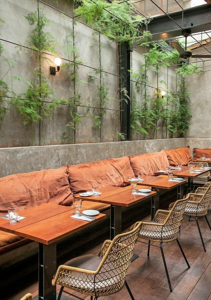 دکوراسیون رستوران به رنگ نارنجی و قهوه ای، رنگ زرد صندلی و طوسی دیوار