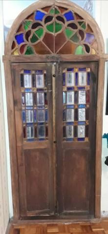 درب قدیمی بسیار جالب , با شیشه های قدیمی اصل در رنگ های زرد آبی و قرمز
