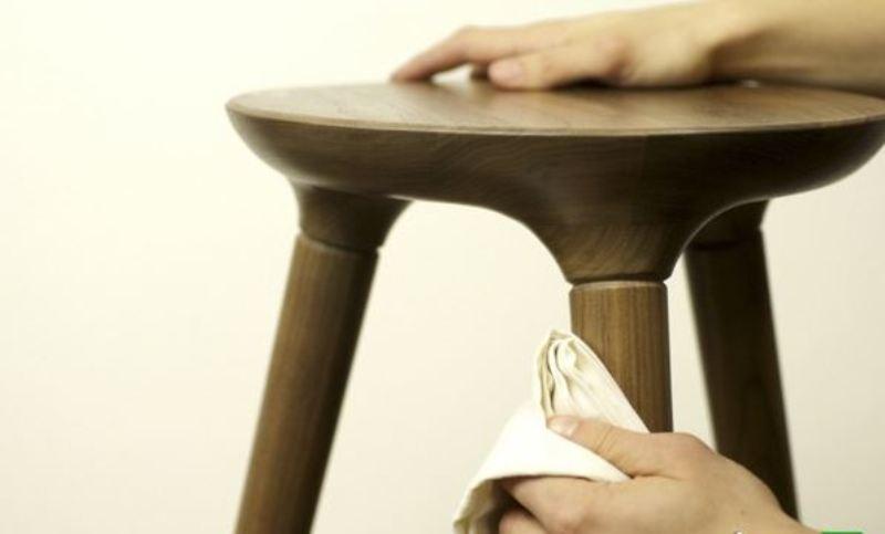 چطور غبار را از روی میزهای چوبی پاک کنیم؟