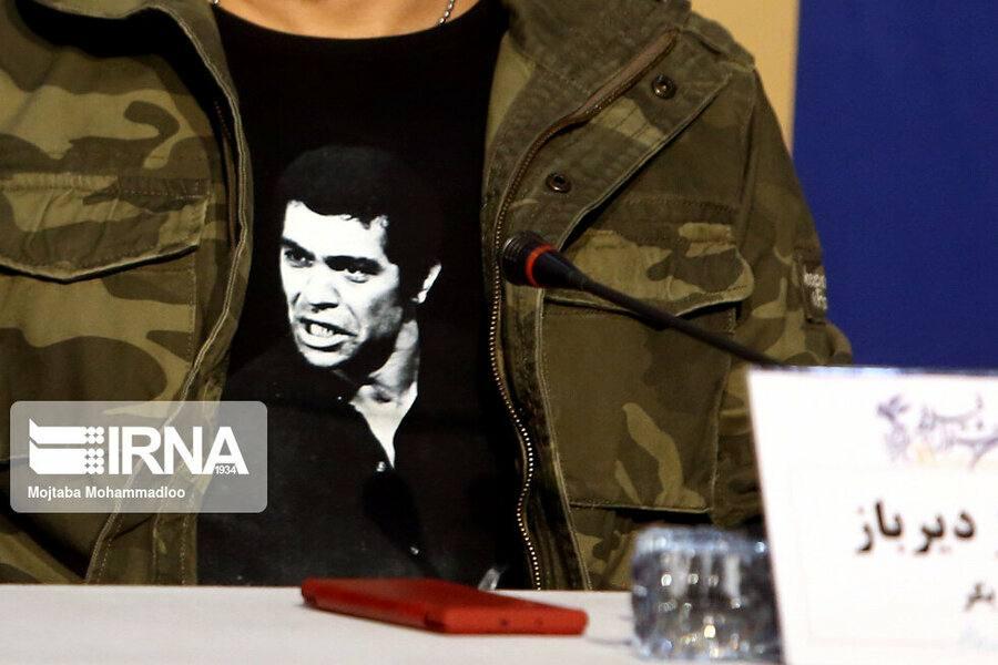 عکس بهروز وثوقی بر روی پیراهن کامبیز دیرباز