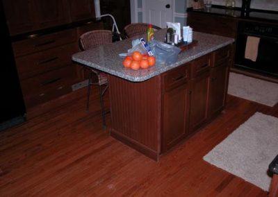 نمونه سازه کابینت ، دکوراسیون چوبی کلاسیک ، هایلند ، جزیره آشپزخانه با صفحه سنگ مصنوعی ، میز بار آشپزخانهنمونه سازه کابینت ، دکوراسیون چوبی کلاسیک ، هایلند ، جزیره آشپزخانه با صفحه سنگ مصنوعی ، میز بار آشپزخانه