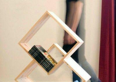 قفسه کتاب جالب , دو عدد لوزی چوبی با پایه های جالب آبی رنگ